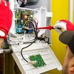 Tekniker monterer sentral